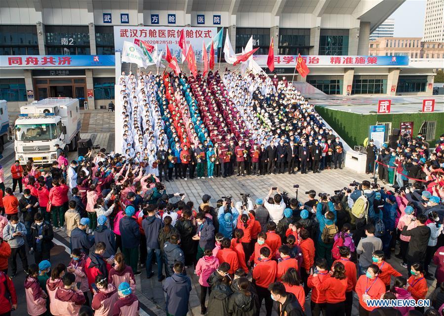 Cérémonie de fermeture au stade Hongshan qui a servi d'hôpital temporaire