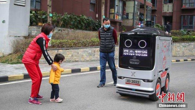 Des robots circulent et distribuent des repas aux habitants chinois.